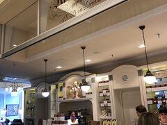 その後アルトマルクト ギャラリーで 今回何も お土産みたいなものを買ってないので 買い物です  老舗クロイツカム 併設カフェもありました
