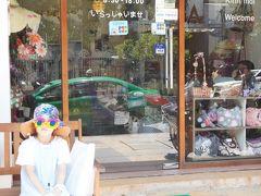 まずは絶対行きたいと決めていた雑貨屋さん。  HOA LYさんへ。  店舗が広くて奥にも2階にもあり プラ籠や刺繍ポーチなど かわいいアイテムがたくさんありました。  こちらでお土産をたくさん買いました~!  日本人の美人オーナーさんも、優しくて安心してお買い物ができます。  イニシャルポーチの色違いや在庫など探してくださり 娘は友達のお土産を一生懸命探してました。  女子ウケ間違いなし!