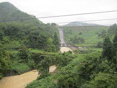 笠堀ダムの見学後は近くにある大谷ダムへ。 堤高75m、堤長360m。今回のダム巡りでは唯一のロックフィルダム。 洪水調整、河川維持、上水道確保などを目的に1994年に完成。 新潟県では初めてのロックフィルダムだそうだ。  ダム手前の橋の上から堤体を一望出来る。眺めると堤体は草木に覆われ パッと見、アースダムにも見えたりする。かつては、堤体下は公園 として開放されてた様だけど、今は全く手入れされず、立ち入り禁止。