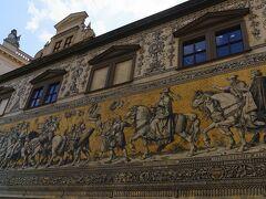 ザクセンの王により建てられたドレスデン城 その外壁に歴代のザクセン君主の騎馬像が描かれてる 国を治めていた年数が王の壁画の下に書かれている 君主の行列は長さ101m  前をむいていたり 王様の絵 意外に収めていた年数の短い王様が多い 結構コロコロと王様は変わるのね  これはマイセン磁器タイルの壁画です 戦火を奇跡的に逃れたものとのこと