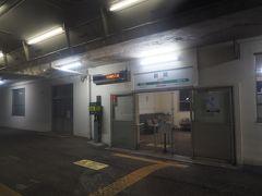 途中行き違いをしながら進んでいきます。磐越西線は阿賀野川に沿って走る風光明媚な路線ですが、さすがに暗闇の中ではわからないですね。五泉も通り過ぎ、新関駅。