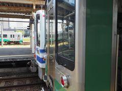 妙高はねうまラインの列車とほくほく線の列車を真横から見てみる。こうして見てみると、顔というか形というか似てるなー。