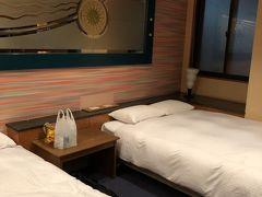 今回のお宿がこちら。 大人2人で12000円でした。  うーーん、大当たりーーー!!  部屋は新しいっていう訳ではなさそうだけど、広くて快適! ダブルベッドが2つもあるから、ゆっくり寝られます。 お風呂も大きかったー!