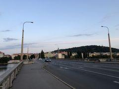 次はイラーセク橋を西へ。 ちょうど朝日が昇って来て景色のコントラストが綺麗です。