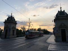 橋を渡ったら北上してストロジェツキー島に架かるチェコ軍団橋へ。 この橋は欄干の装飾が美しいです。 ちょうどナイスなタイミングでトラムが通過。 今はバッチリ朝ですが、夜景は絶景みたいです。