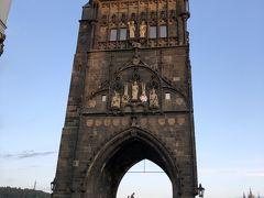 今回の橋ランのメインイベントがいきなり序盤でやって来ました。 ヨーロッパにおける最も美しいゴ シック様式の門、旧市街橋塔です。 1380年以前に完成したそうで、夜景が綺麗だそうですが朝日に照らされた厳かな姿もまた美しい!