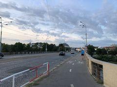 更に進んで(良い加減しつこい!)最後はフラーヴクーフ橋です。 こちらの橋はプラハに架かる橋で1番広い橋になるんだそうです。 この橋はプラハ市内中心部を南北に貫くバイパスが通っています。