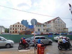 サイゴンユニバーシティーへ 奥さん久しぶりで道を間違えてます 新しい高層ビルと道路の改修で 変化が激しいようです