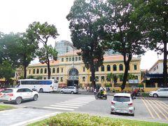 サイゴン中央郵便局へ 大聖堂の隣