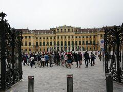バスで20分位であったか・・。世界遺産・シェーンブルン宮殿へ到着。 朝9時前なのでまだ人は少ない。1日1万人の観光客が押し寄せるらしく午後だと入場してからも押し合いになるらしい。その点もツアー参加にした理由かな。