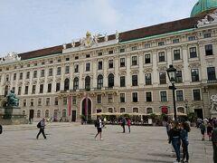 ブルグ劇場までバスで行き、そこから徒歩で王宮まで戻ってきました。