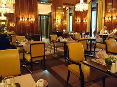 今夜はベルトラで予約したディナー付きのモーツァルトコンサートに行きます。 食事はホテルブリストル内にあるレストラン。こういう機会でもなければこのような厳かな所には一人で行かないよね。