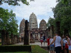 『ワット・シーサワイ』の前に立った。  クメール人が造った、れっきとしたヒンズー寺院。  ここは全てがアンコールワットと同じだ。  あれ!  塔の前に人だかりができている。  https://youtu.be/9IYlME5RWk4