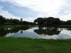大きな池にやって来た。  『銀の池』と呼ばれる池で、池の中に浮かぶのが、  『ワット・トラバングーン』遺跡となる。
