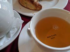 翌朝、19日。  朝食をとりに、マリエンプラッツ駅へ。  オスカーマリアというすごくオシャレなカフェでお目当てのエッグベネディクト狙いだったのですが、頼めない時間帯のようで。ガイドブックも、よくわかりませんね。 というわけで、クロワッサンと紅茶。  なかなか美味しいクロワッサンでした。