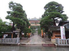 そこを歩いて行くと、櫻山八幡宮がありました。  雨も降っているので、ここで戻ることにします。
