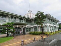 高山氏図書館の脇に大きな駐車場があったので、そこを利用して歩きました。  西洋風の、昔の言葉でいえばハイカラな建物。
