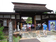 高山陣屋。  江戸幕府が飛騨国を直轄領として管理するために設置した代官所の跡です。  明治に入ってからも役場などで使われていたそうで、日本中で陣屋がきれいに残っているのは高山だけとのことです。