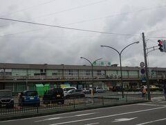 15:30 一般道を走り続けJR酒田駅前でバスを降ります。 なんか古っぽい。 (後で話を聞いたら駅前の他の古い建物をたくさん撤去したから こんなでも大分こざっぱりとしたんだぞ、とのこと)