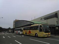 14:55 庄内空港に到着。 移動時間、1時間。あっという間。  5年前、佐渡島に行くために 大宮駅前→新潟港に深夜バスで7時間かけて行ったのは何だったんだ・・・  空港高速バスが待機してくれてます。 前の黄色いのが酒田行。 後ろの白いのが鶴岡行。  ・・・ほとんどの乗客が鶴岡線に乗って 酒田行はおっさん含めたったの7人しか乗り込みませんでした。 いやちょっと少なすぎでしょwww