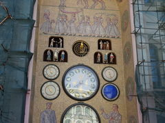 オロモウツ時計塔 Olomoucký orloj  昨晩も写真を撮りましたが、、改めて。 市庁舎の北側に置かれたこちらのオロモウツ時計塔は、1400年代に建てられましたが第二次世界大戦で被害を受けた後、「社会的現実主義」スタイルとして再設計が行われ、政治的な背景を背に建て直されており、聖人の代わりに労働者と技術者の描写がされ文字盤にはレーニンとスターリンの誕生日と国際労働者の日が表示されています。 革命後、オロモウツ周辺の共産主義風のものは消えていきましたが、このオロモウツ時計だけは、その当時の記憶を残すのものであり、ある意味、貴重です。