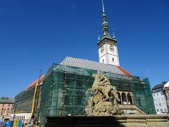 オロモウツ市庁舎(Magistrát města Olomouce)とジュリアス・シーザー(Julius Caesar)の像。  聖ヴァーツラフ大聖堂の方に路面電車のある通りを歩きます。 始めは大聖堂の尖塔を目印に歩けるのですが、、、、 近づけば、建物に遮られて見えなくなります。