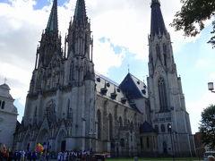 聖ヴァーツラフ大聖堂 Katedrála sv. Václava Olomouc  市庁舎や聖三位一体柱のある広場から路面電車のある道をまっすぐに歩き、あるところで、左に曲がるだけでいいのですが、通り過ぎてしまい、気が付けば、川を渡る橋まできてしまい、気が付けば、背後に大聖堂の塔が。戻ろうとして、素直に来た道を戻るのに抵抗を感じ、裏道があると信じ、大聖堂を取り囲む公園に入ったが、、、結局そんな裏道はなく、、、ほぼ、360度大聖堂を周り、ようやく入り口にたどり着いた。  その左に曲がるところには何のサインもないので気を付けて下さい(私が確認する限り)。