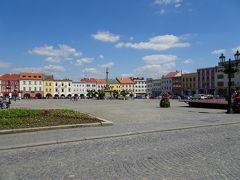 クロムニェジーシュ(Kroměříž)  クロムニェジーシュ(Kroměříž)に到着も、駐車場を探して彷徨い、ようやく、無料で路駐できるスポットを発見。広場と城を目指して歩きます。 ところでこの町の名前、うしろ4つのアルファベットの上にマークが連続して4つついています。つまり、ドイツ語のウムラウト、日本語の濁音同様、この音はなんらか変化させないといけないのですが、もちろん、どう発音するのが正しいか分かるはずもなく、ましてや、どのカタカナ表記が正しいかなんて無駄な議論。 グーグルマップでは、クロミェルジーシュ、クロメルジーシュなんてものがありますが、4トラに合わせて、「クロムニェジーシュ」とします。地球の歩き方も同じですね。