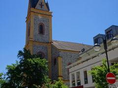 翌朝、フルボカー・ナト・ヴルタヴォウ(Hluboká nad Vltavou)にあるフルボカー・ナド・ヴルタヴォウ城(Státní zámek Hluboká)に向かう。  駐車場に車をとめて、城のある方向へ登っていきます。 写真は観光案内所の前から、教会Kostel svatého Jana Nepomuckéhoを撮ったもの。