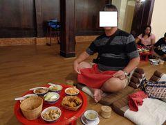 日中たっぷり観光した後は、ホテルでまったりして、夜は、オールドチェンマイのカントークディナーに行ってきました。 もちろん日本で予約済み、しかも、施設の無料送迎バスがホテルまで来てくれるのでとっても楽です(ドライバーさんの英語も分かりやすいですし)。 到着すると、まず、こんな食事、特に美味しいわけではないけど、なんか気分でますよね。