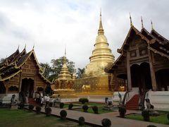この日は、朝からお寺周り、というか、この日から、ほとんどお寺巡りっていう感じなんですが。 最初は、場内の西にあるワット・プラ・シンからです。 入場すると、目に入るのが、立派な本堂と黄金の塔