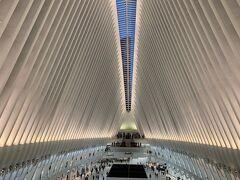 Westfield World Trade Centerを通って向かおうと思いましたが、行き方がわからず途中から再び地上へ。中はかなり広いです。