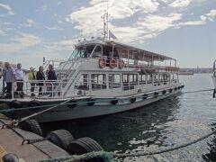 船着き場には10:30ごろ到着。ホテルから近そう。 こちらの船を15名ほどで貸し切り。