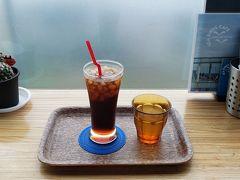 昨日、人がいっぱいで入れなかった、シーバーズカフェで、時間つぶし。 ある目的のために、朝食は摂らず、コーヒーのみで我慢します。