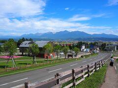 突き刺さる日差し。 9月なのに気温33度。北海道では記録的な暑さです。 中富良野ラベンダー園から見える十勝岳連山。 今日はとてもきれいに見えました。
