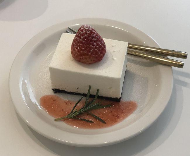 隣の席に座っていた他のケーキを2つも食べていたカップルさん、私のチーズケーキを見て追加注文されていました 笑