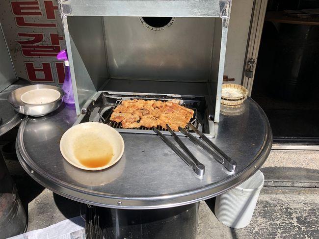 こんな感じでお肉を店外で軽く焼いてからテーブルに運んでくださいます!