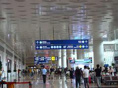 無事に武漢天河国際空港に到着。 入国審査では、いろんなことを質問された。  今回のツアー参加者は18名。 日中友好協会(だったかな?)のメンバーが6人参加しており、そのうちの3人は中国語がペラペラだった。 夫婦参加は私たちのみ。
