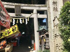 蛇窪神社から徒歩で約20分。 戸越八幡神社へ到着。  この日はちょうど大例祭! 境内には出店があり、お祭りを楽しむ地元の人でいっぱいです。
