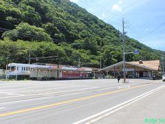 アルピコ交通上高地線 新島々駅(しんしましまえき) 上高地への拠点になっています。大きなバックパックを担いだ旅人が大勢列をなしてバスを待っていましたが、帰りに寄ったら閑散としていました。この道路を挟んで反対側に旧島々駅舎が残っていたのですが、観損ねました。 新島々駅~島々駅間1.3kmは1983年の台風18号で水害に逢い、1985年に廃止となっています。 列車は京王3000系の改造車、台車はTS-807。雪国なのに除雪板なしで支障ないのでしょうか。