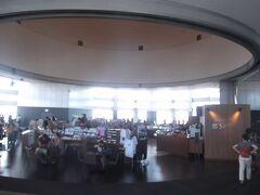 展望室は45階で,中央にカフェがあり,広いスペース.