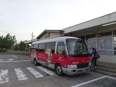 東京駅から夜行バス・エクスプレス鳥海号で5:10頃に秋田の象潟駅に到着。「きさかた」という読み方、なかなか覚えられませんでした。 駅の待合室・コインロッカーは8:00-19:15のみで、付近にコンビニもないのが不便。 6:20発の乗合タクシー・鳥海ブルーライナーで鳥海山へ(片道3000円)。