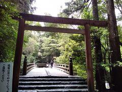 内宮(皇大神宮)へ向かう途中で右を流れる五十鈴川にかかる橋。ここを行くと外宮にもあった、風日祈宮(かざひのみのみや)へ通じる。ひとり散策の時間もそろそろ終わり、おかげ横丁へ戻る。