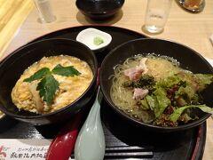 秋田駅ビルのお店で夕食に「比内地鶏の親子丼と田沢湖冷麺のセット」(1200円)。