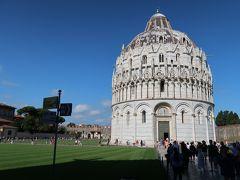 """12<洗礼堂> 大聖堂の内部を見学した後、洗礼堂に行こうとしましたが、斜塔の入場時刻が迫っていたため、外部の鑑賞をすることに。 建築が始まったのは12世紀で、完成まで約110年。大聖堂と同様、その間、建築様式が移り変わり「ピサ・ロマネスク様式」と「ゴシック様式」が融合した建物となりました。 After seeing the inside of the cathedral, I tried to go to the Baptistery, but the entrance to the Leaning Tower was approaching, so I decided to appreciate the outside. The construction began in the 12th century and is about 110 years to complete. Like the cathedral, the architectural style changed during that time, and the building was a fusion of """"Pisa Romanesque"""" and """"Gothic""""."""