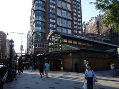 72丁目の地下鉄の駅。すてきな駅舎。パリのモンマルトルを思い出します。