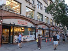 そう,Zabar's です。Z で始まるめづらしい名前のお店。 2245 Broadway,