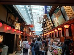 国際線ターミナルにはかなり多くの土産店やレストラン、エンタメ施設がありました。 4階部は江戸小路と名付けられており、日本食をはじめとしたお店が連なっています。