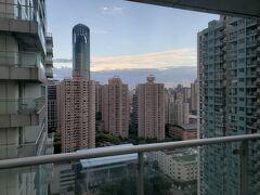 部屋は29階のため、眺望もそこそこ良いです。  1時間ほどのんびりして、夕食を食べに再度地下鉄で南京西路へ向かいます。