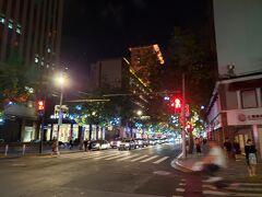 すぐに南京西路の大通りに出ます。 百貨店やユニクロなど大きなお店やブランド店が多く、こちらは表参道といった感じです。